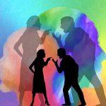 Beziehungskonflikt, Streitendes Paar als schwarze Silouhette vor buntem Hintergrund