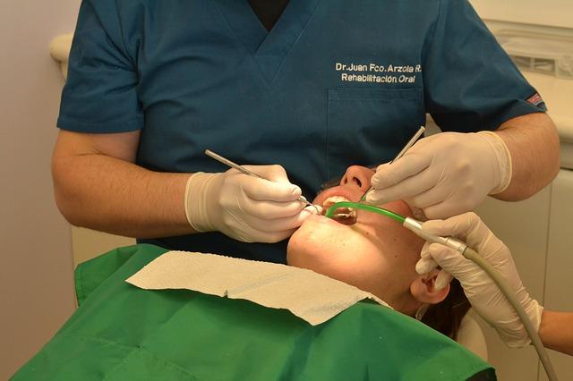 Zahnarzt bei der Arbeit