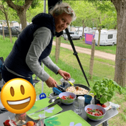 Frau, die beim Campen essen macht