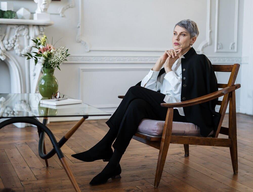 nachdenkende Frau im Sessel