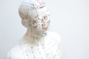 Meridiane, Energiebahnen eingezeichnet an Kopf und Oberkörper einer Figur