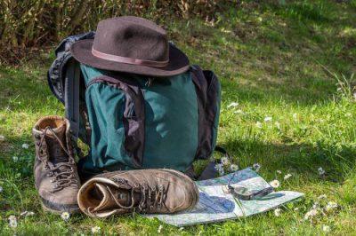 Rucksack und Wanderstiefel auf Wiese